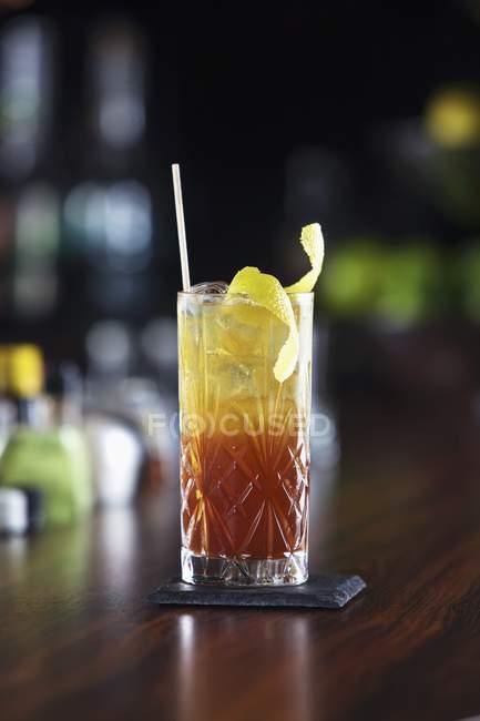 Cóctel con cáscara de limón - foto de stock