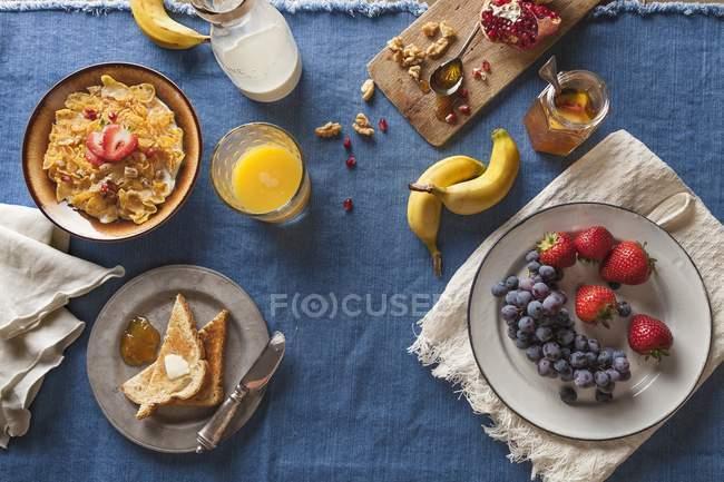 Impostazione di colazione assortita — Foto stock