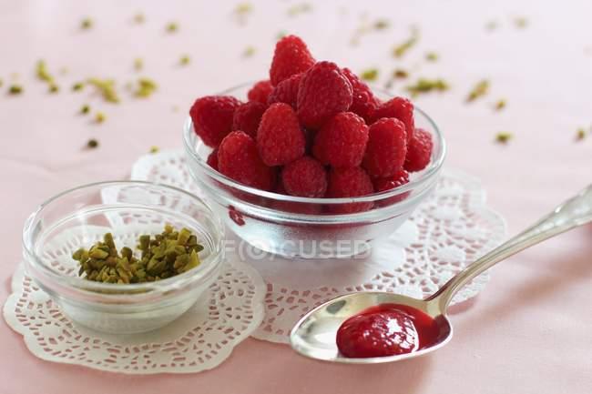 Löffel Marmelade Himbeer-rose — Stockfoto