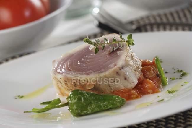 Filete de atún en salsa de tomate - foto de stock