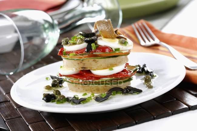 Ensalada de lasaña con huevos - foto de stock