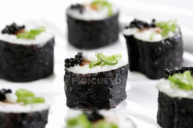 Lachs und Kaviar Rogen Sushi — Stockfoto