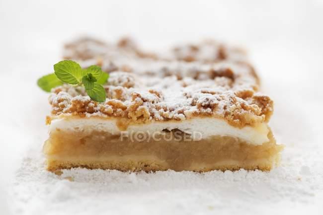 Ломтик яблочный пирог с рушиться долива — стоковое фото