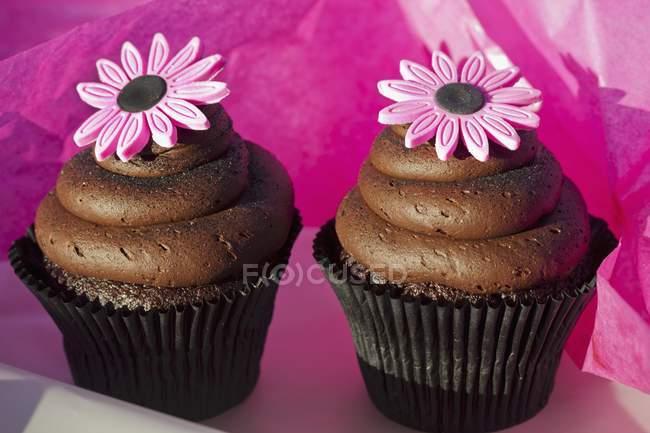 Bolinhos de chocolate com caramelo — Fotografia de Stock