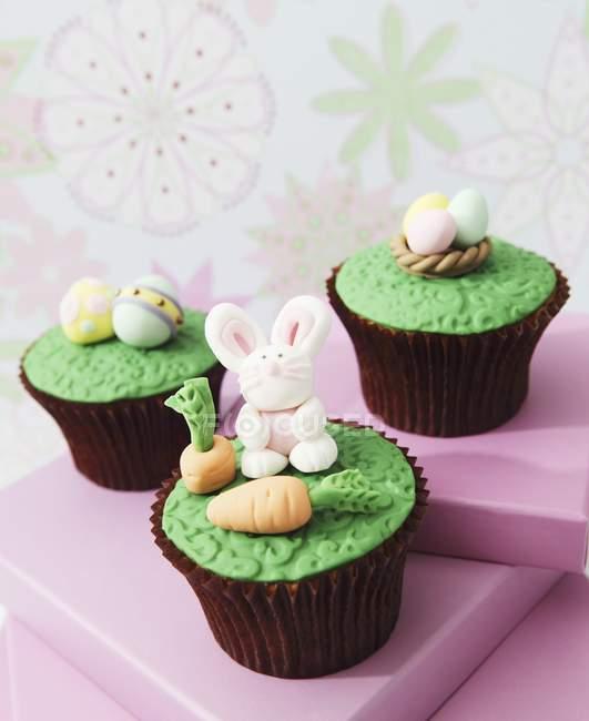 Cupcakes com fondant gelo decorações — Fotografia de Stock