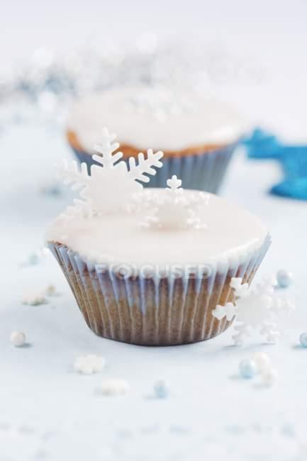 Кексы, оформленный со снежинками — стоковое фото