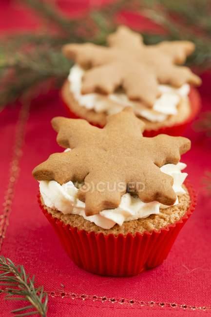 Кексы с Имбирный пряник снежинки — стоковое фото