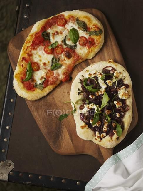 Вегетаріанські піци на борту — стокове фото