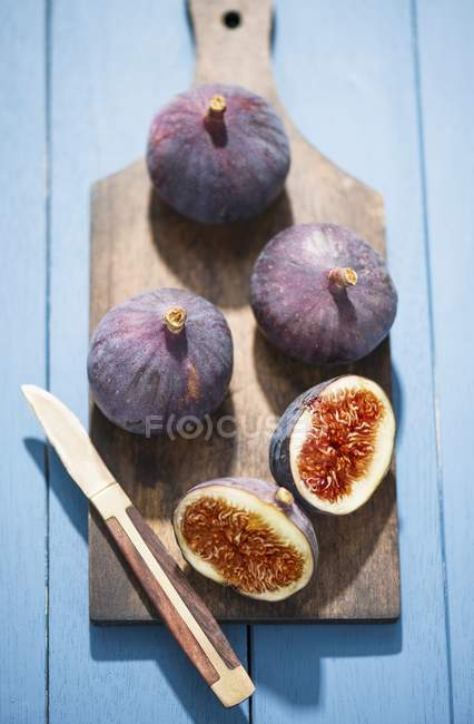 Fresh red figs on chopping board — Stock Photo