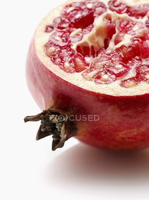 Половина свіжий червоний граната — стокове фото
