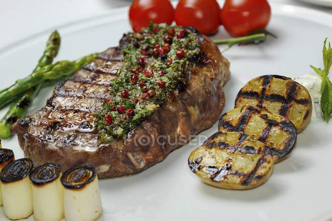 Gegrilltes Rindersteak mit Kräuterbutter — Stockfoto