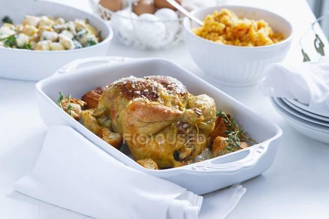 Frango assado com batatas — Fotografia de Stock