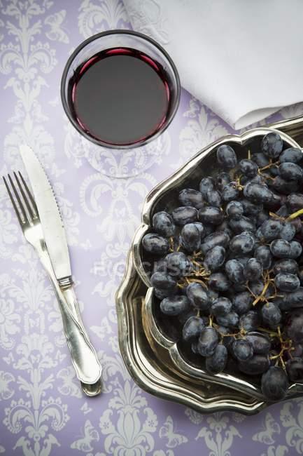 Rote Trauben mit Glas Rotwein — Stockfoto