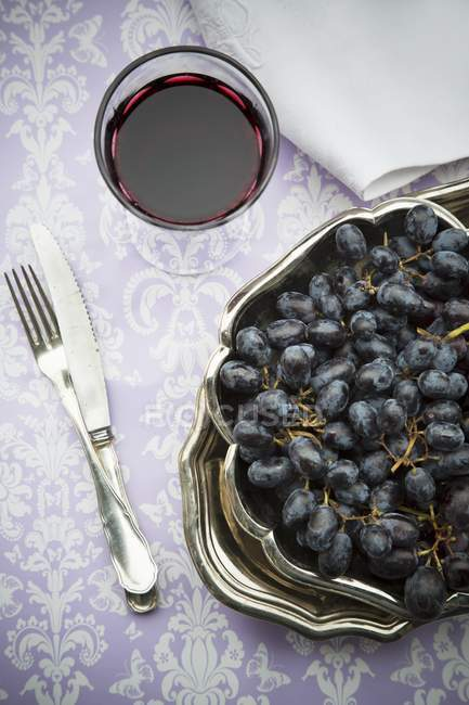 Red grapes with glass of red wine — Stock Photo