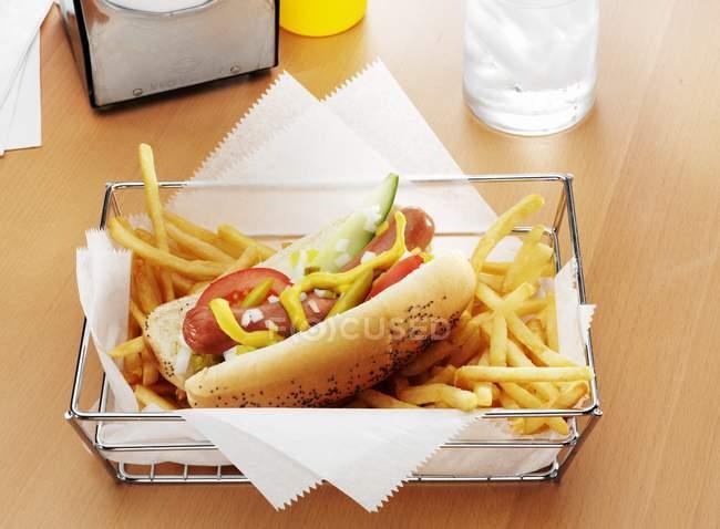 Hot dog y papas fritas - foto de stock