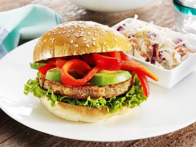 Soja-Veggie-Burger mit Avocado — Stockfoto