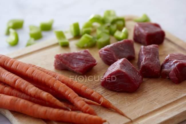 Шматків сировини яловичини — стокове фото