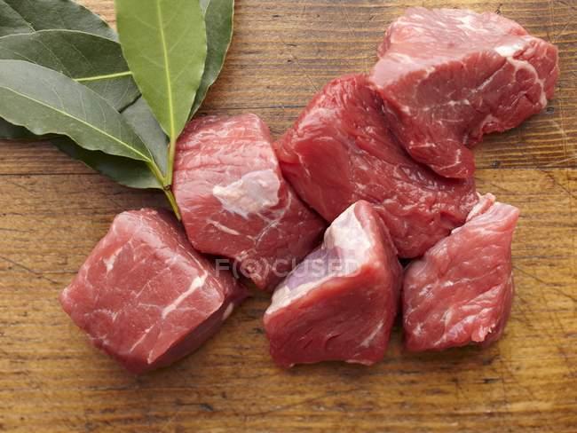 Куски сырой говядины и лавровый лист — стоковое фото