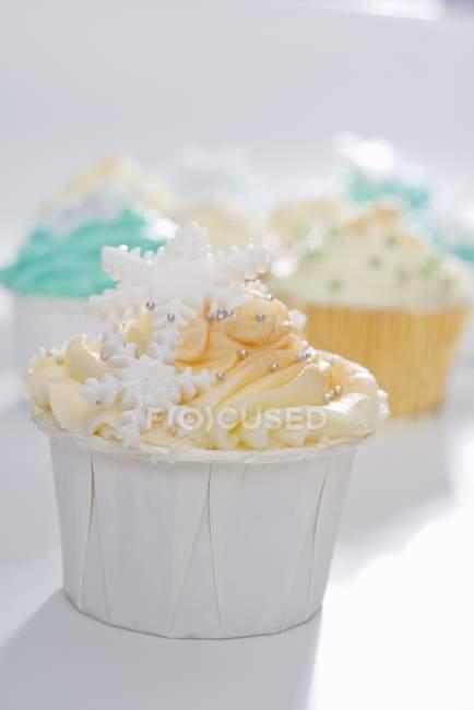 Кекс, оформленный с пудры — стоковое фото