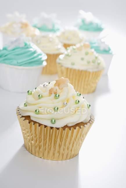 Cupcakes decorados com glacê de amarelo e verde — Fotografia de Stock