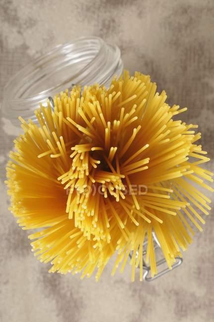 Un paquet de spaghettis crus — Photo de stock