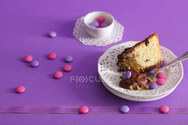 Выпекание торт с шоколадной глазурью — стоковое фото