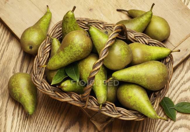 Peras maduras frescas com folhas — Fotografia de Stock