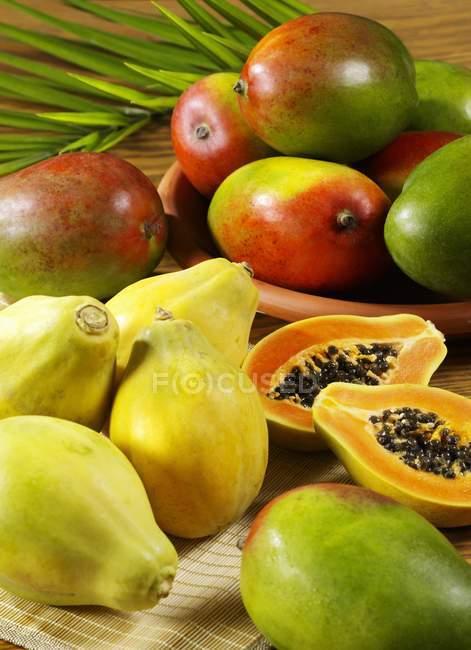 Fresh mangos and papayas — Stock Photo