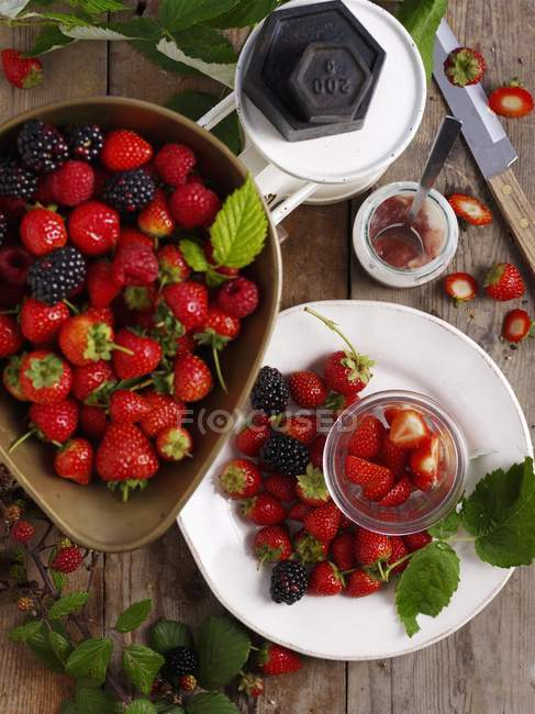 Strawberries and blackberries with leaves — Stock Photo