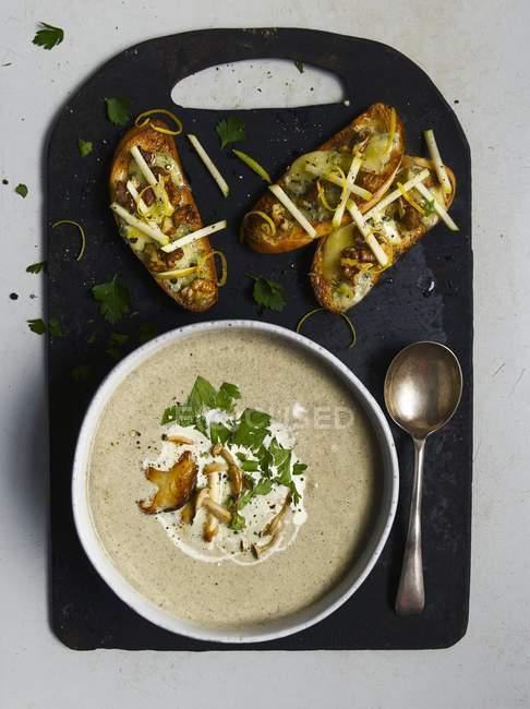 Вид на грибной суп и Кростини с грибами — стоковое фото