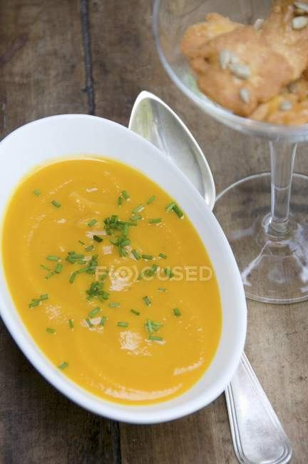 Cold carrot soup with chives — Stock Photo