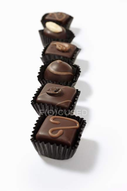 Rangée de chocolats fourrés assortis — Photo de stock
