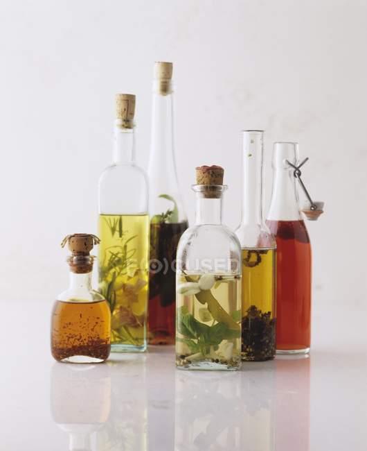 Natura morta con vari aromatizzato oli in bottiglie — Foto stock