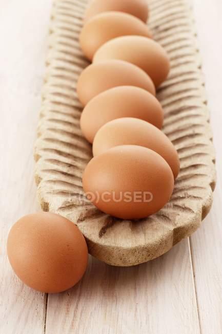 Uova di Brown in piatto di legno — Foto stock