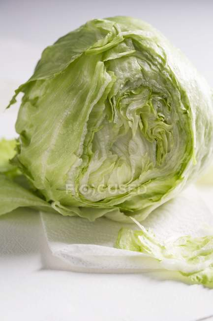 In parte a fette fresca lattuga iceberg — Foto stock