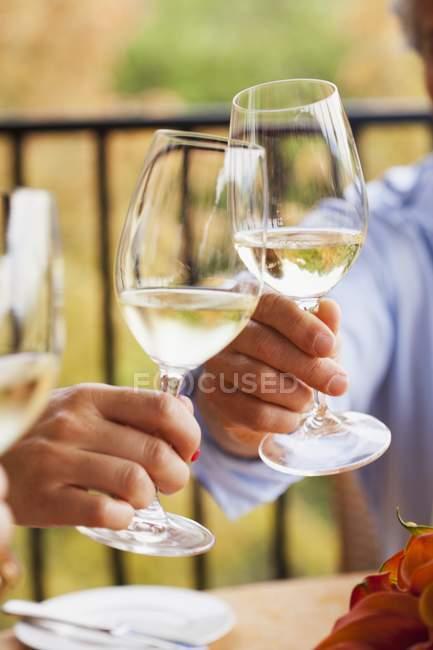 La gente di tostatura vino bianco — Foto stock