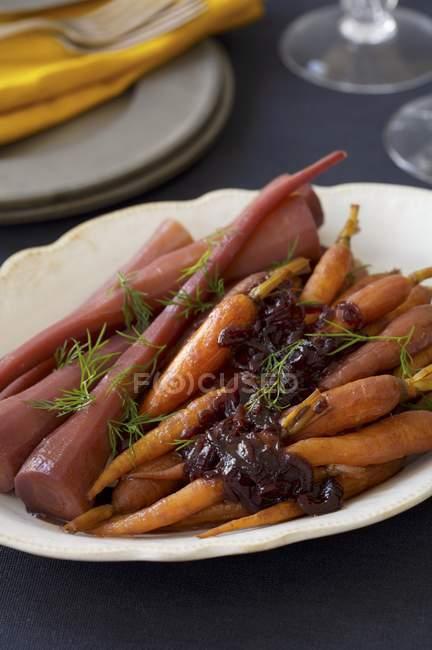 Carote arrostite con cipolle — Foto stock