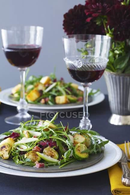 Insalata di rucola e bicchieri di vino rosso — Foto stock