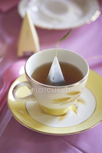 Tazza di tè con la bustina di tè triangolare — Foto stock