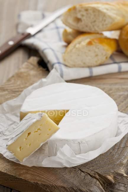 Formaggio Camembert con fetta in carta — Foto stock
