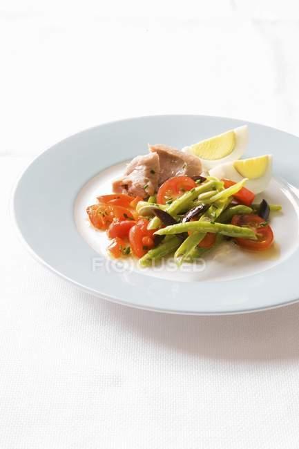 Insalata di asparagi e pomodoro con tonno — Foto stock