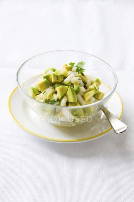 Insalata di avocado con le erbe in ciotola — Foto stock