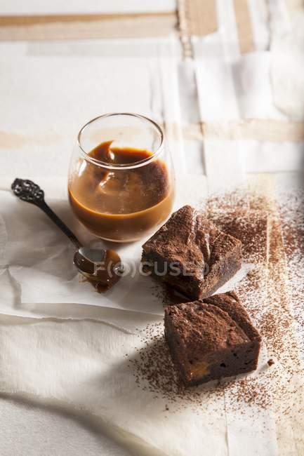 Brownies con caramello dessert — Foto stock