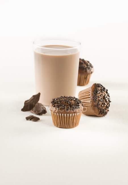 Muffin al cioccolato con cioccolato caldo — Foto stock