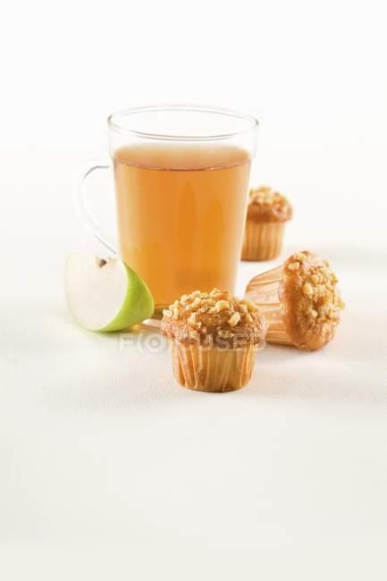Muffin alla nocciola con tè alla mela — Foto stock