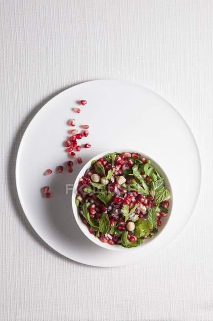Pomegranate salad with herbs and hazelnuts — Stock Photo