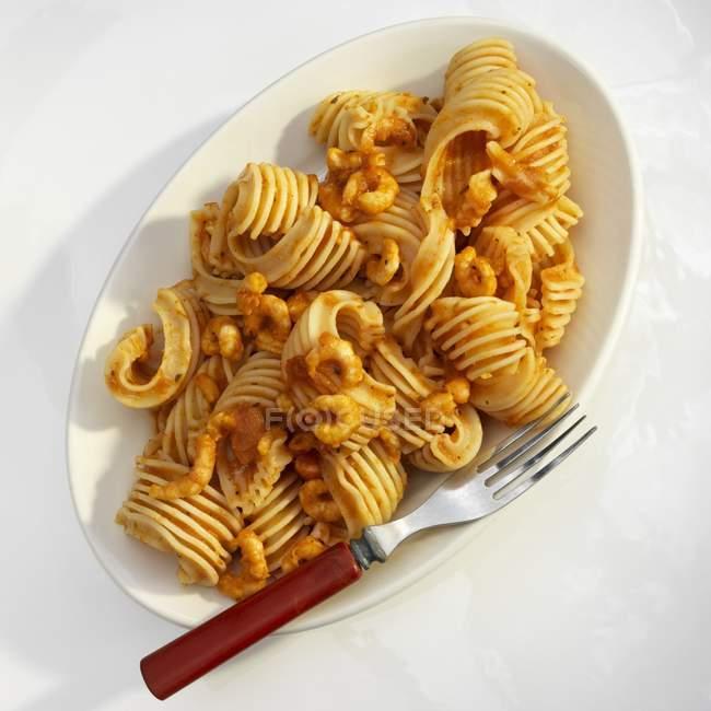 Gamberi in salsa di pomodoro sulla pasta rigata — Foto stock