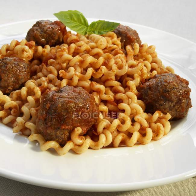 Polpette di carne sulla pasta cavatappi — Foto stock