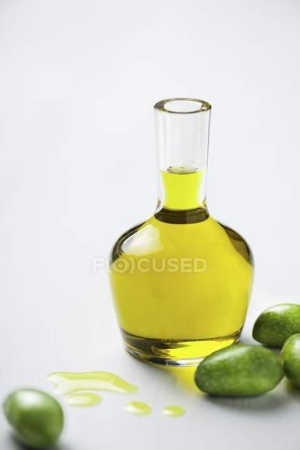 Оливковое масло и оливки — стоковое фото