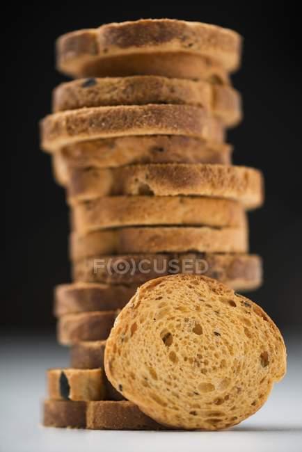 Vista del primo piano di fette biscottate secche in pila — Foto stock